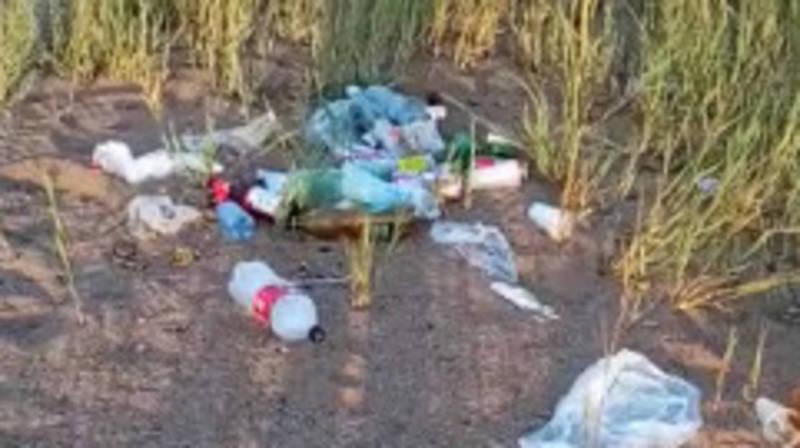 «Даже не знаю, что говорить». Жительница Бостери жалуется на мусор на пляже