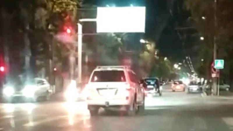 На ул.Ахунбаева «Прадо» проехал на красный. Видео