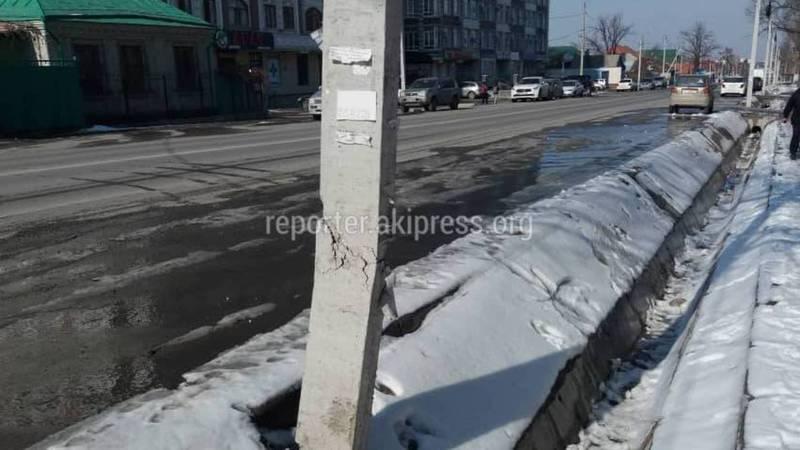 На Токтоналиева-Сухомлинова столб ЛЭП может упасть, - бишкекчанин (фото)