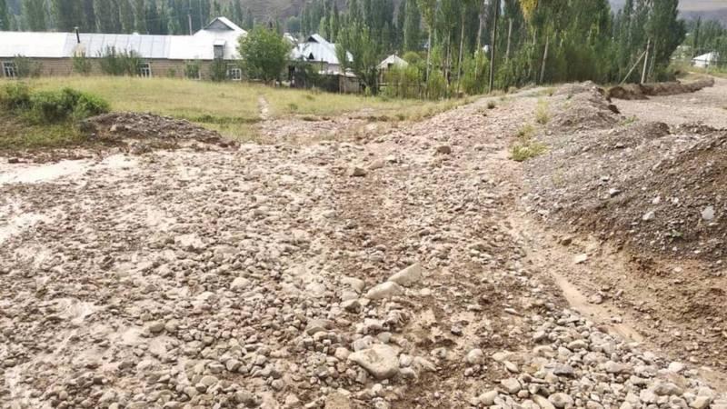 Последствия селевых потоков в селе Курманжан Датка. Фото местного жителя