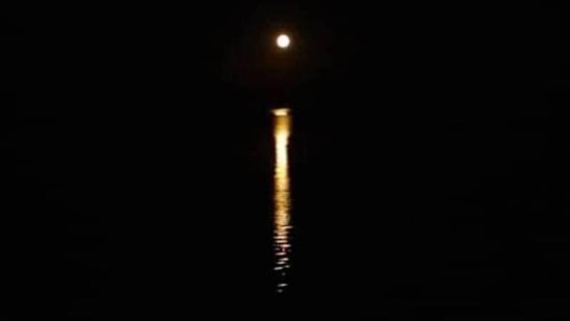 Лунная дорожка на озере Иссык-Куль. Фото из села Бостери