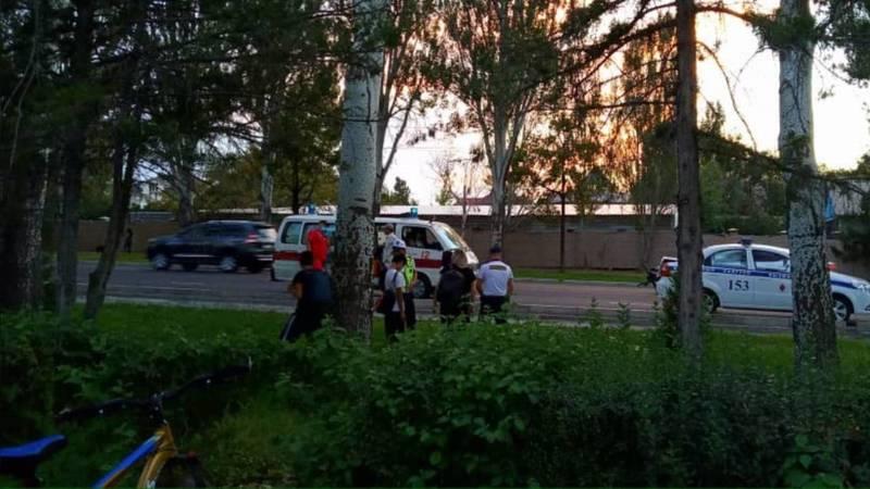 На проспекте Айтматова велосипедист сбил пешехода, - очевидец. Фото