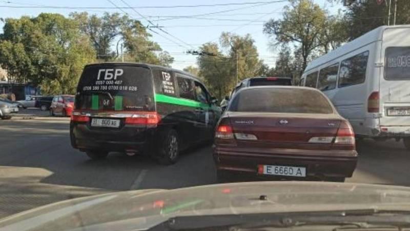 «Прадо», машина ГБР и маршрутка едут по встречке на ул.Некрасова. Видео очевидца