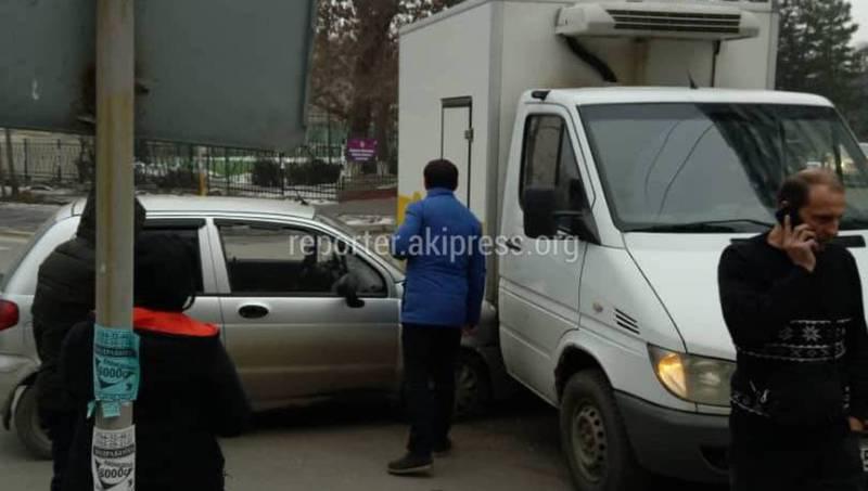 На Уметалиева-Рыскулова легковушка врезалась в грузовик. Житель просит установить светофор (фото)