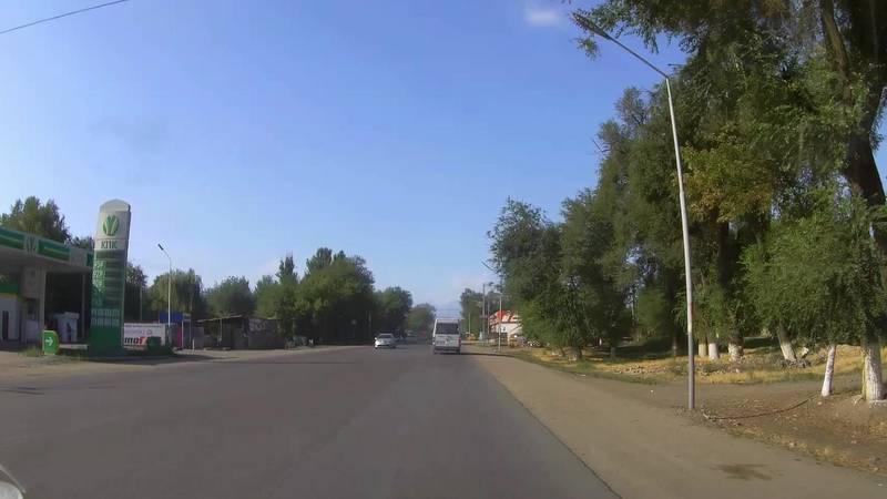 В селе Аламедин две маршрутки проехали на красный свет. Видео очевидца