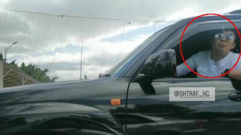 Водители поругались на дороге. Водитель на джипе плюнул в ответ. Видео