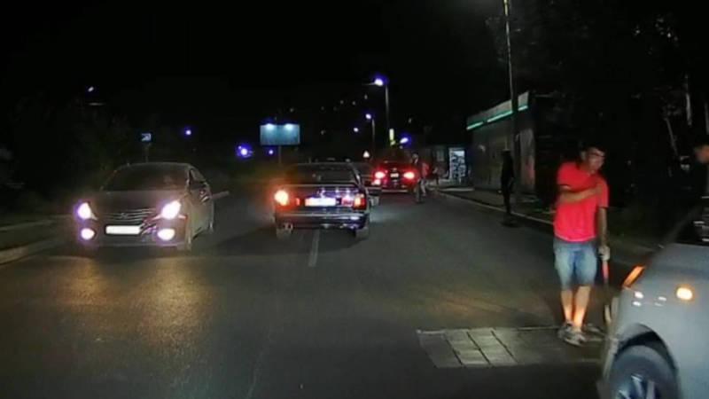 На ул.Каралаева воруют брусчатку из ямы на дороге? - очевидец