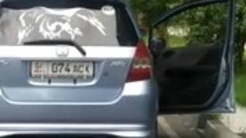 В Бишкеке пассажиры машины «Хонда Фит» выбрасывают мусор, - очевидец