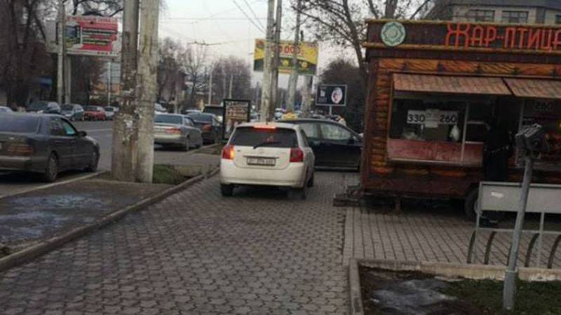 Фото — На Ахунбаева-Тыныстанова «Тойота» едет по тротуару