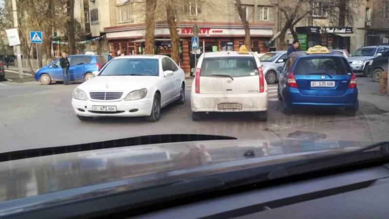 Фото — На Токтогула-Акиева постоянно паркуются таксисты