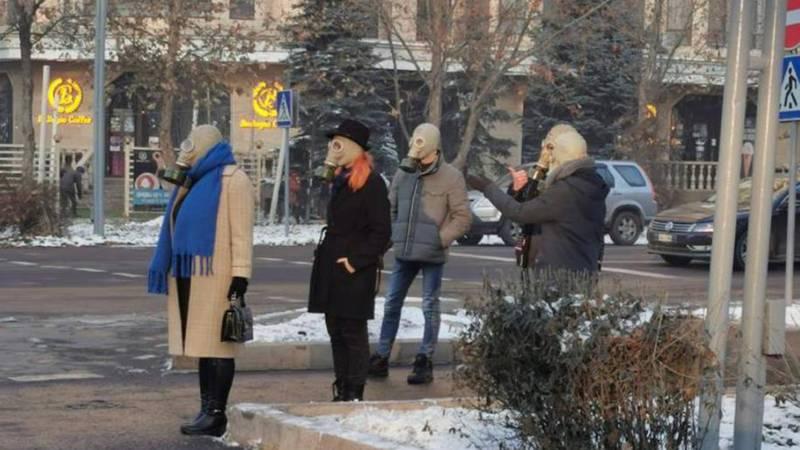 На улицах Бишкека появились люди в противогазах. Фото