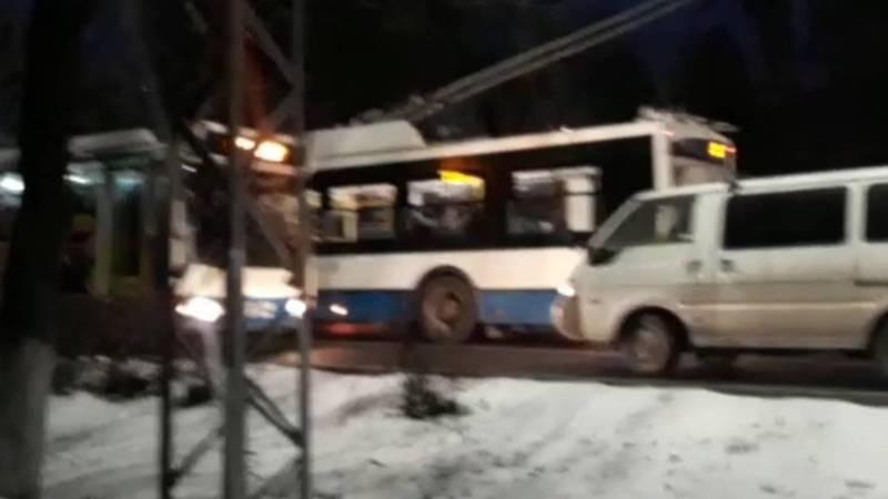 На ул.Московской машина заблокировала полосу общественного транспорта. Видео