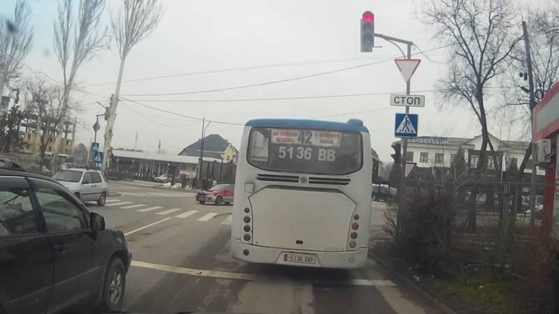 На Сухэ Батора-Каралаева автобус проехал на красный свет светофора, по Carcheck за автотранспортом числятся 6 штрафов. Видео
