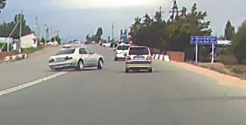 На Иссык-Куле водитель на большой скорости врезался в бордюр. Момент аварии