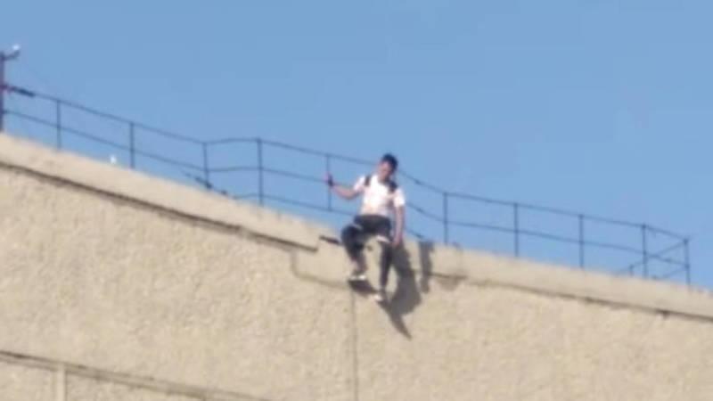В Бишкеке парень грозился спрыгнуть с крыши 5-этажного дома. Видео очевидцев