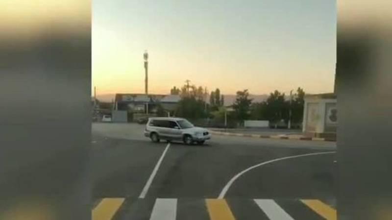 В Караколе водитель на «Субару» дрифтует на кольцевой. Видео очевидцев