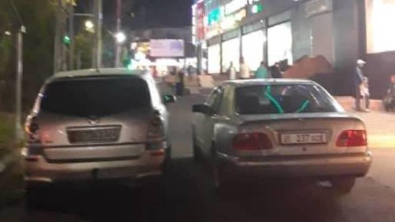 «Мерседес» и «Тойота» припаркованы на тротуаре по ул.Байтик Баатыра
