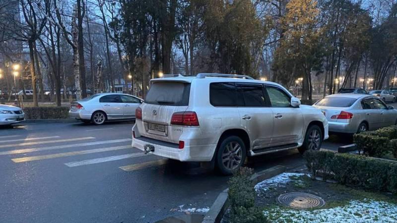 На бульваре Эркиндик «Лексус» припарковали на тротуаре (фото)