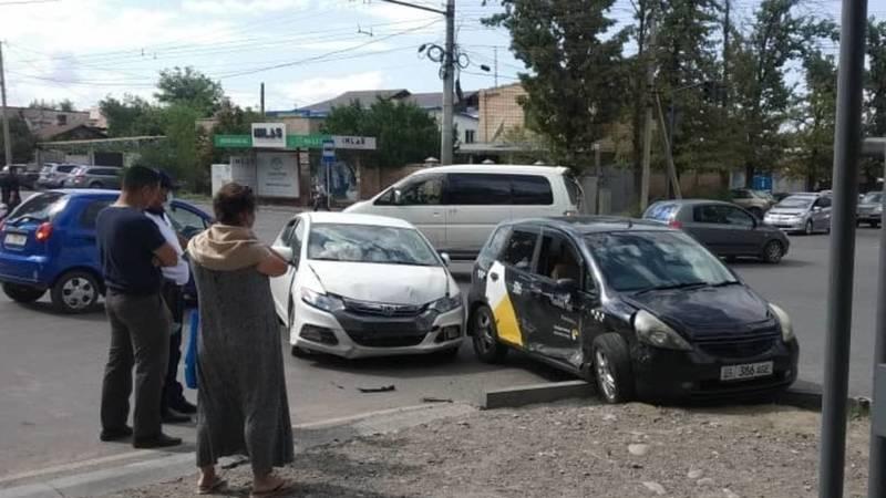 ДТП в Бишкеке: Столкнулись легковая автомашина и Яндекс-такси