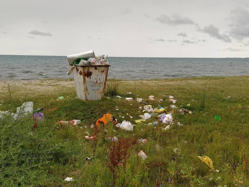 Фото дня. Мусор на берегу озера Иссык-Куль