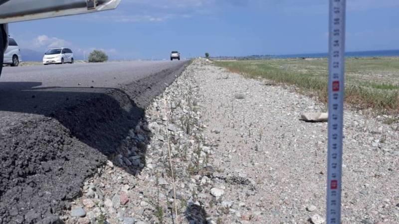 У новой дороги на Иссык-Куле нет обочины, - водитель