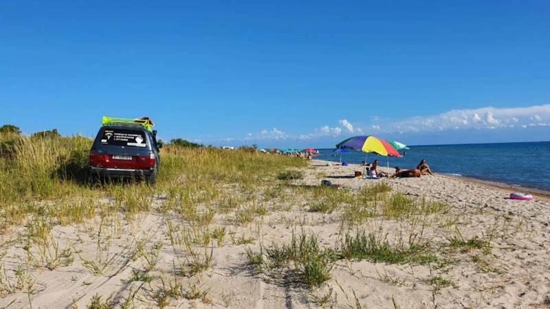 «Крузак» заехал на пляж озера Иссык-Куль. Фото очевидца