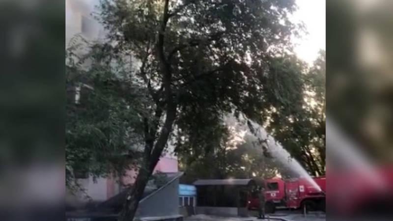 В 8 мкр горит квартира (видео)