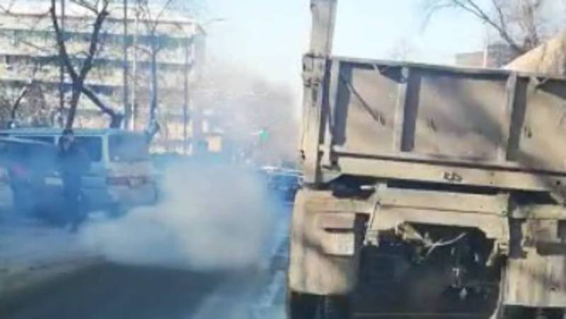 Видео — В центре Бишкека сильно дымит грузовик