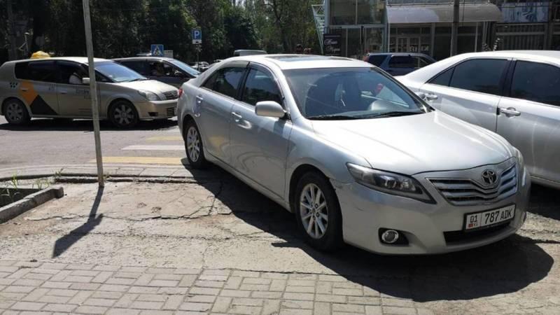 Водитель припарковал свою «Камри» на пешеходном переходе на ул.Токтогула. Фото