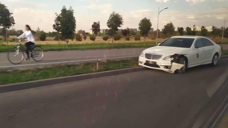 Фото — На Южной магистрали столкнулись «Мерседес» и электроскутер