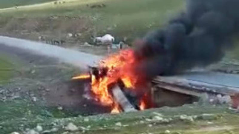 На трассе Бишкек—Ош бензовоз сорвался с моста и взорвался. Видео
