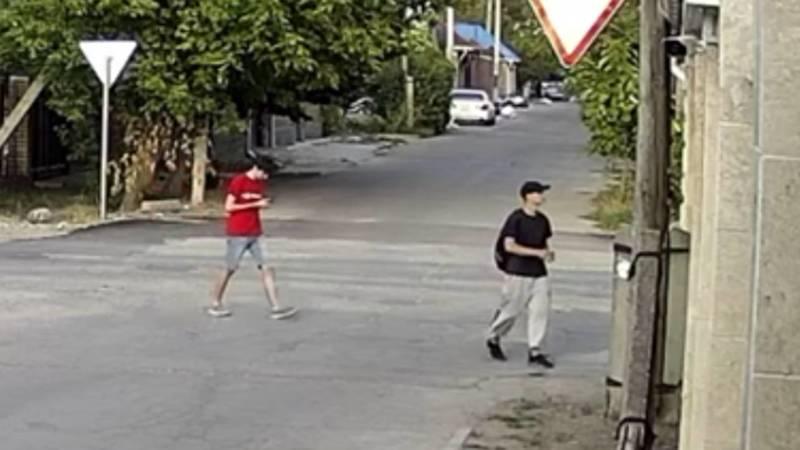 В Бишкеке двое парней распространяют рекламу наркотиков. Видео