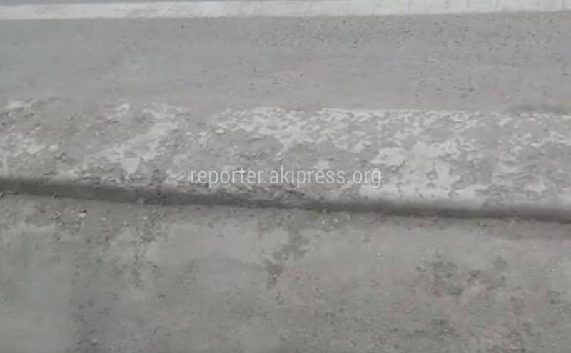 В Бишкеке на ул.Токтоналиева сыпятся бордюры у края дороги, - горожанин (видео)