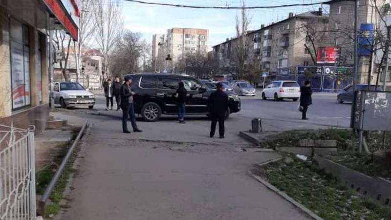На Московской-Ибраимова водитель «Лексуса» припарковался на тротуаре. Фото