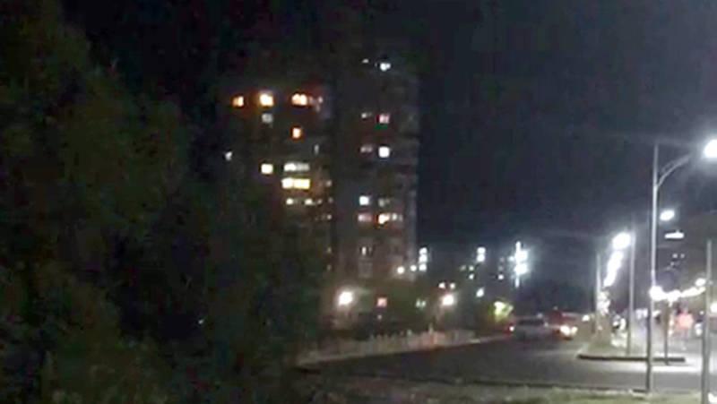 «Сигнал бедствия или инопланетяне?» Бишкекская многоэтажка устроила световое шоу. Видео