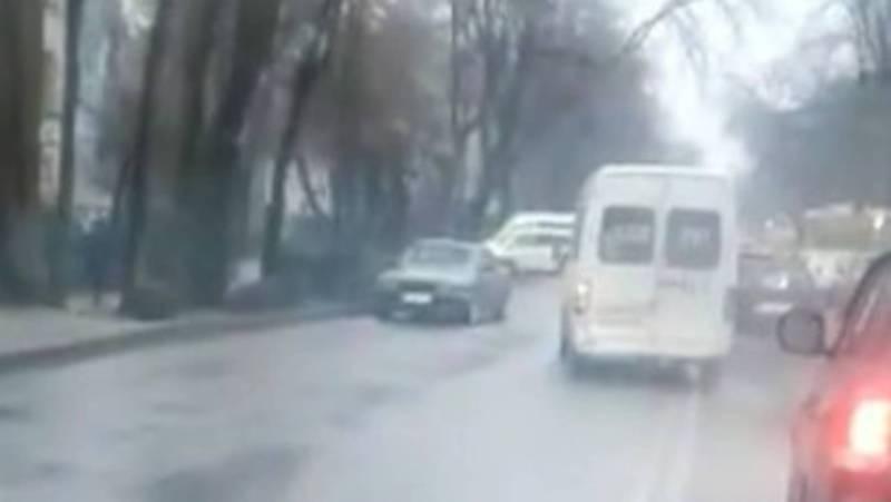 На Московской водитель маршрутки пересек сплошную линию и выехал на встречную полосу (видео)