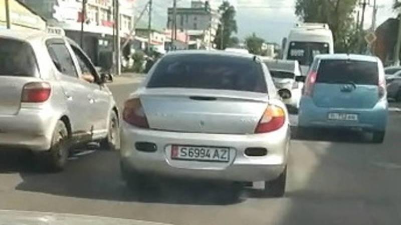 В Бишкеке машина с подложными номерами загрязняет воздух выхлопными газами, - очевидец