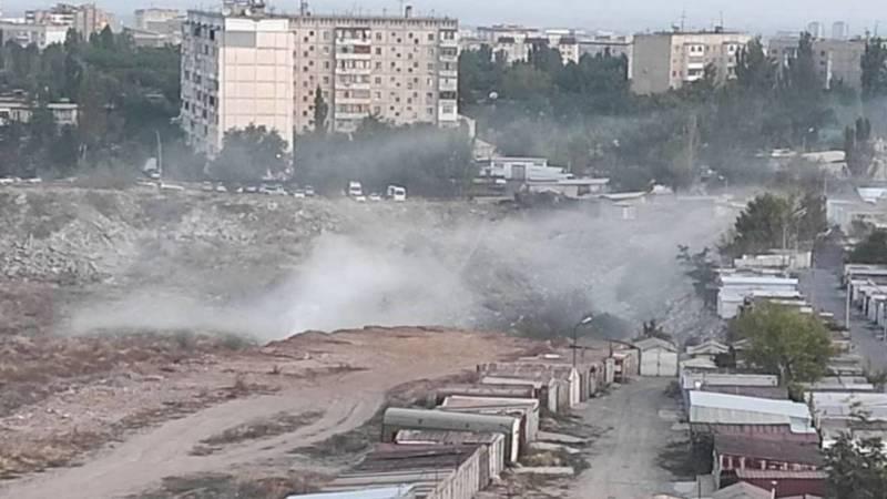 В карьере в 11 мкр продолжает гореть мусор. Видео и фото горожан