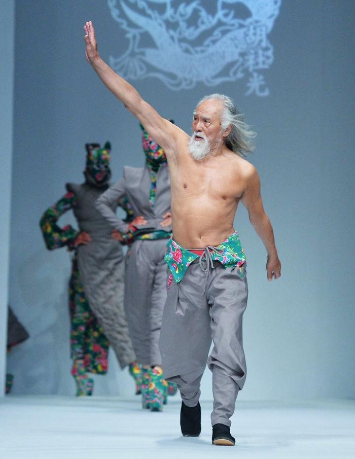 nakachannyy-80-letniy-pensioner-iz-kitaya-stal-zvezdoy-podiuma_2
