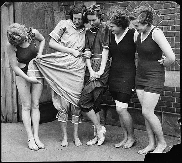 Эволюция женского купальника. Слева направо – 1932, 1890, 1900, 1910 и 1920 года.