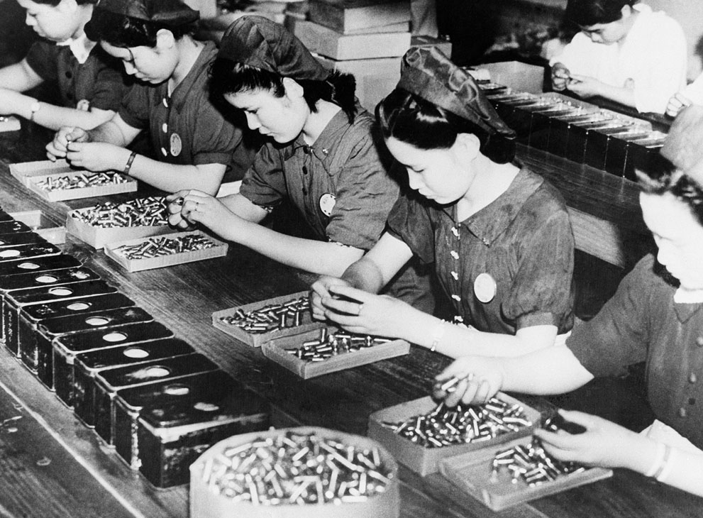 Японские женщины участвуют в военном производстве на заводе в Японии, 30 сентября 1941 года.