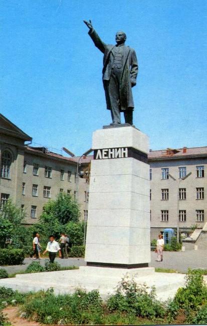 1970.-Фрунзе.-Памятник-В.-И.-Ленину-у-здания-Политического-института-о123-413x650