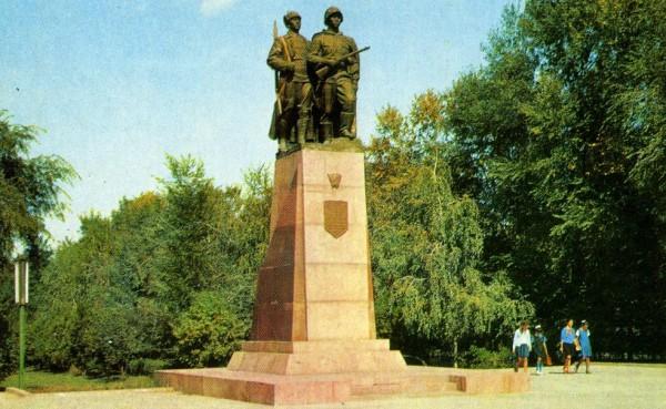 1970.-Фрунзе.-Памятник-героям-комсомольцам-о124-600x369