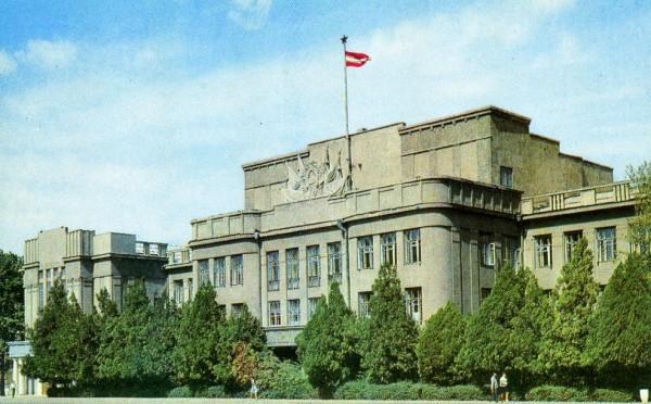 1970.-Фрунзе.-Здание-Президиума-Верховного-Совета-Киргизской-ССР-о118-600x372