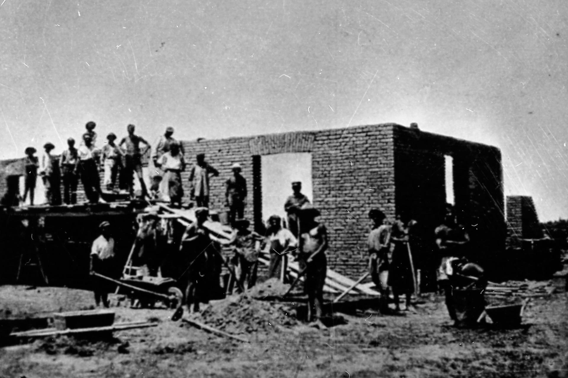 Строительство электростанции в мае 1925 года членами кооператива «Интергельпо», первый строитель Ян Осога.