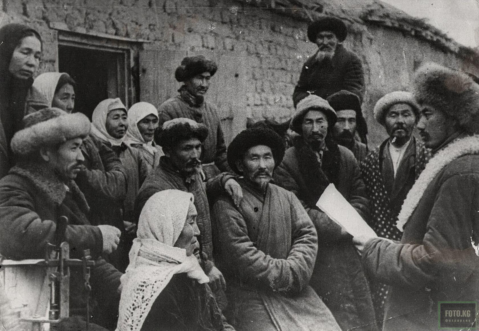 Председатель колхоза «Октябрь» зачитывает колхозникам сообщение Совинформбюро. Фото 1941 год
