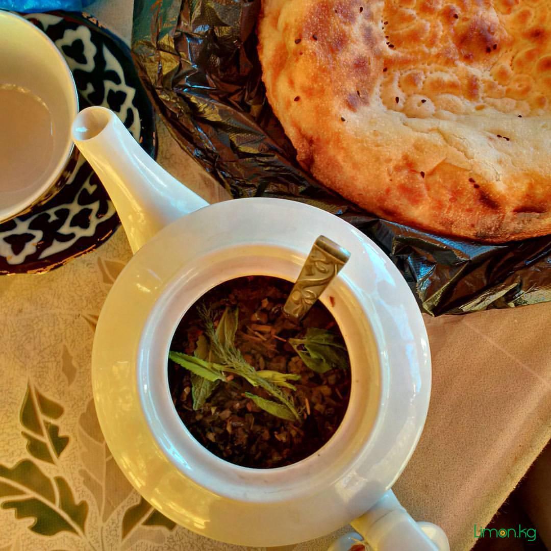 Сегодня с Беном собрали в горах разные травы. Заварили чай. Запах шикарный, лепешка горячая) @ Arslanbob, Jalal-Abad, Kyrgyzstan