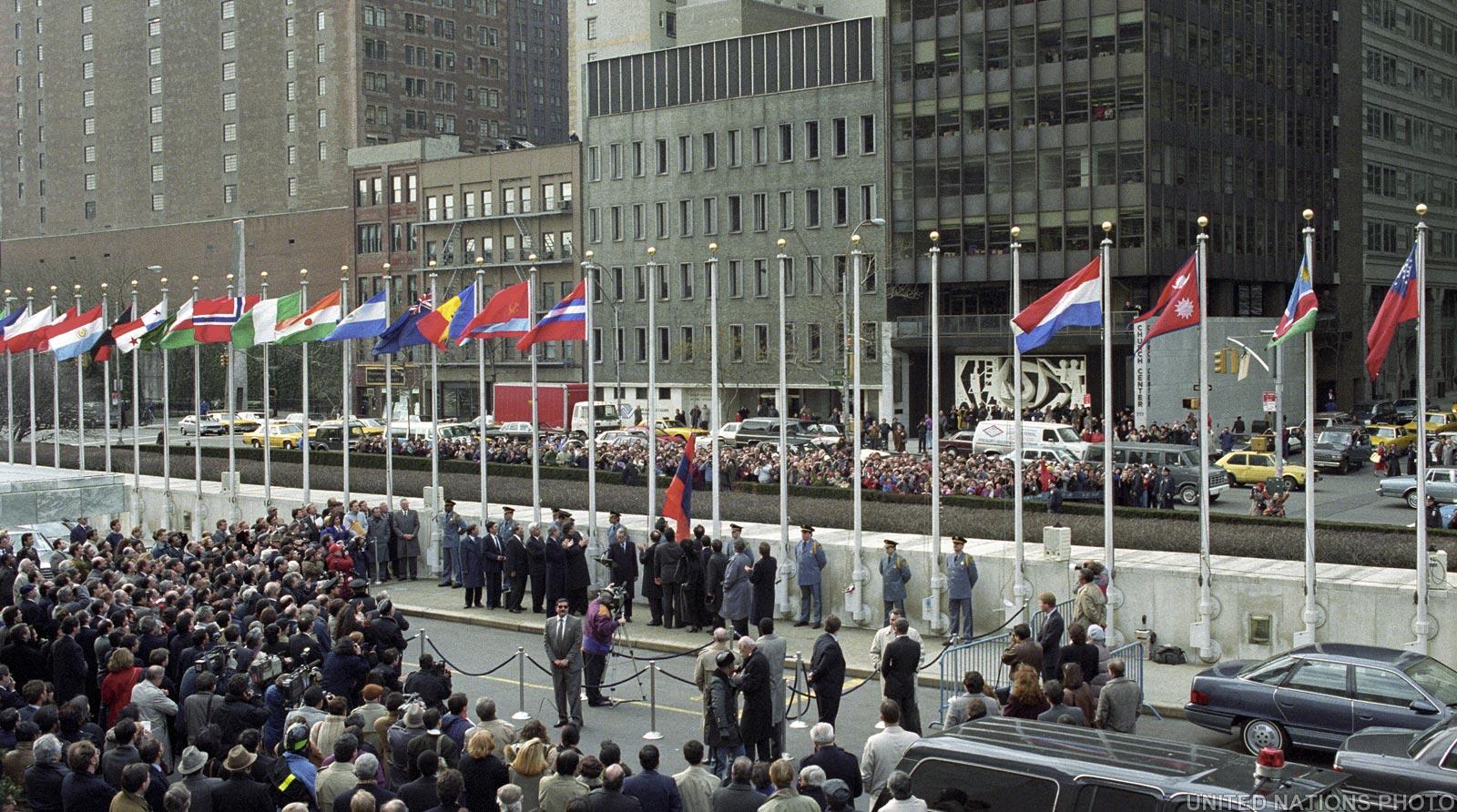 Церемония поднятия флага Кыргызской Республики у здания ООН / UN Photo / АКИpress