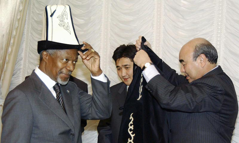 Генсек ООН Кофи Аннан и Аскар Акаев в Бишкеке в 2002 году