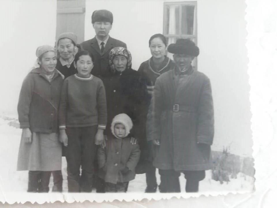 zrelie-kirgizskie-zhenshini-foto-muzh-v-sosedney-komnate-a-zhenu-ebut-v-drugoy